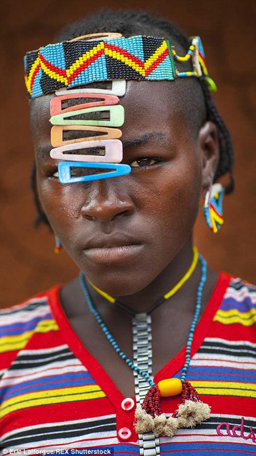 Tròn mắt vì bộ tộc Châu Phi mê đọc Vogue, nghiện thời trang-6