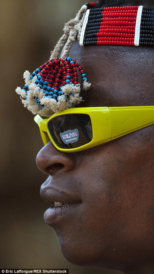Tròn mắt vì bộ tộc Châu Phi mê đọc Vogue, nghiện thời trang-14