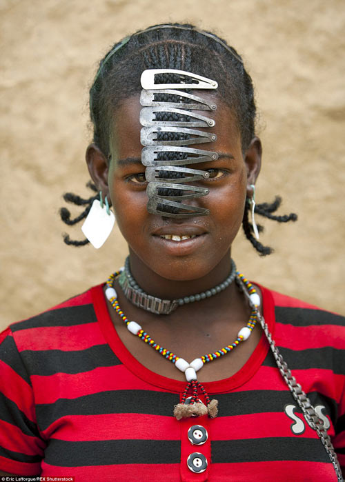 Tròn mắt vì bộ tộc Châu Phi mê đọc Vogue, nghiện thời trang-7