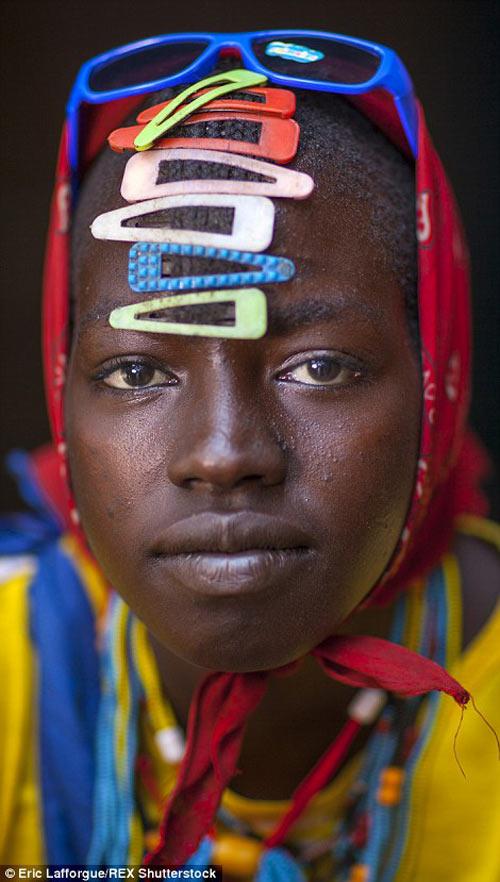 Tròn mắt vì bộ tộc Châu Phi mê đọc Vogue, nghiện thời trang-8