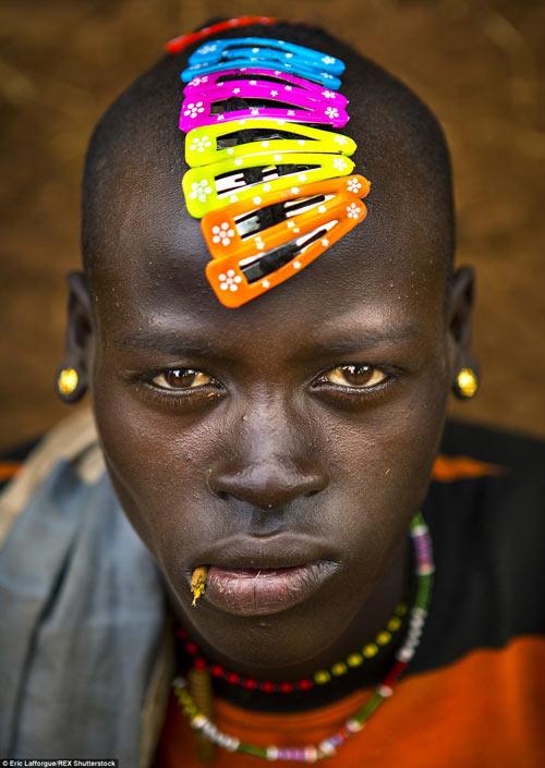 Tròn mắt vì bộ tộc Châu Phi mê đọc Vogue, nghiện thời trang-3