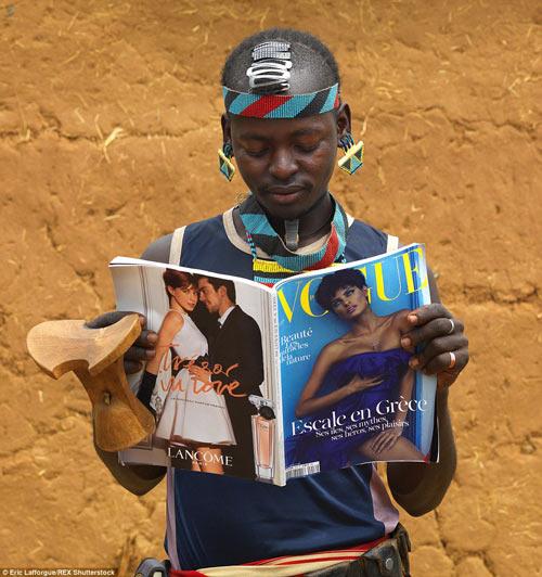 Tròn mắt vì bộ tộc Châu Phi mê đọc Vogue, nghiện thời trang-4