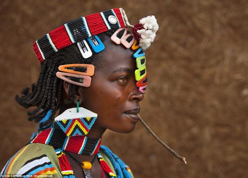 Tròn mắt vì bộ tộc Châu Phi mê đọc Vogue, nghiện thời trang-5