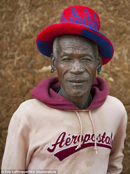 Tròn mắt vì bộ tộc Châu Phi mê đọc Vogue, nghiện thời trang-9