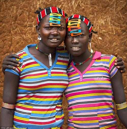 Tròn mắt vì bộ tộc Châu Phi mê đọc Vogue, nghiện thời trang-11