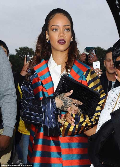 Rihanna nổi bật áo khoác rộng thùng thình, sặc sỡ-2