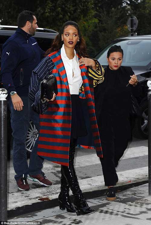 Rihanna nổi bật áo khoác rộng thùng thình, sặc sỡ-1