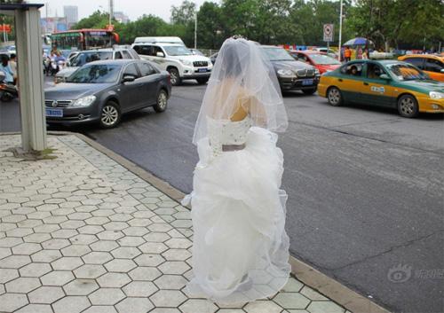 Tắc đường, cô dâu không thể đến dự lễ cưới của mình-1