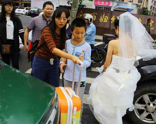Tắc đường, cô dâu không thể đến dự lễ cưới của mình-2