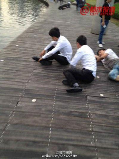 Phẫn nộ công ty TQ phạt nhân viên bò quanh hồ công cộng-3