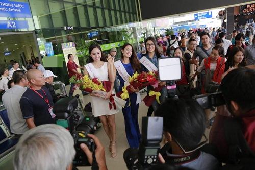 HH Phạm Hương gây tắc nghẽn sân bay Tân Sơn Nhất-8
