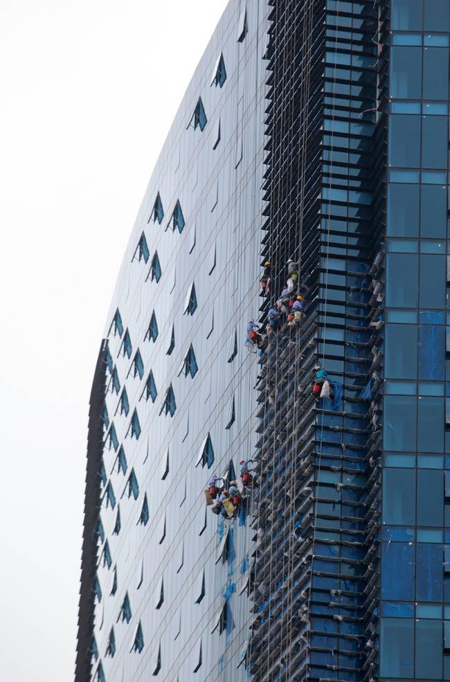 Thót tim xem 'người nhện' đánh đu từ tầng 31 giữa Thủ đô-4