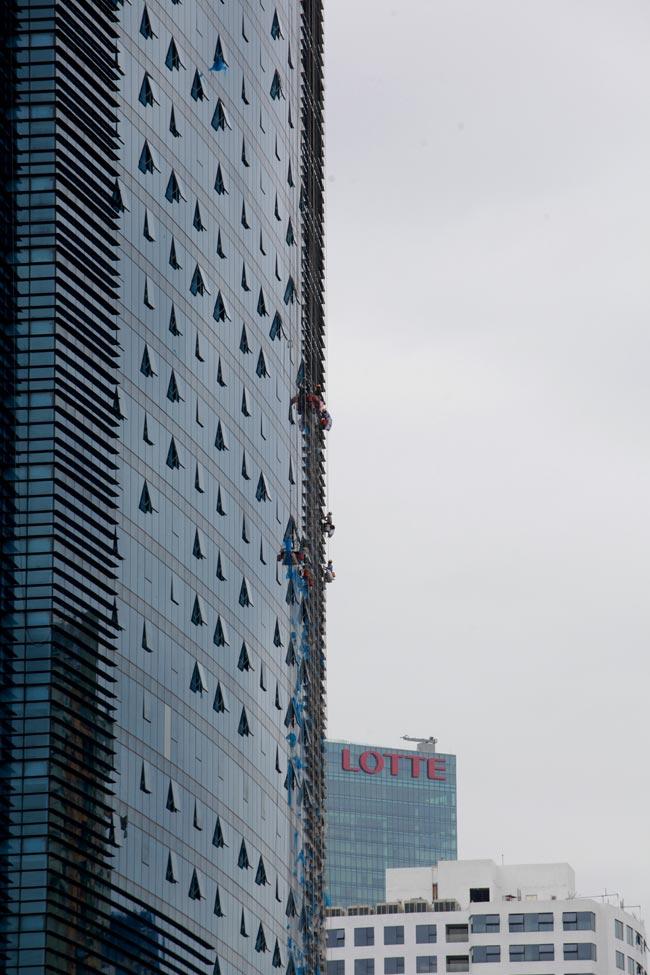 Thót tim xem 'người nhện' đánh đu từ tầng 31 giữa Thủ đô-2