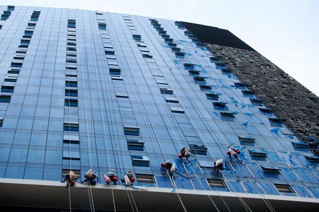 Thót tim xem 'người nhện' đánh đu từ tầng 31 giữa Thủ đô-5