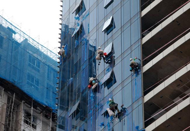 Thót tim xem 'người nhện' đánh đu từ tầng 31 giữa Thủ đô-6