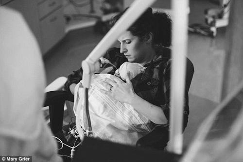 Nghẹn ngào hành trình giành lại sự sống của em bé 6 lạng-6