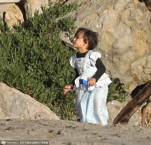Nhóc Flynn bất ngờ diện váy công chúa đáng yêu-5