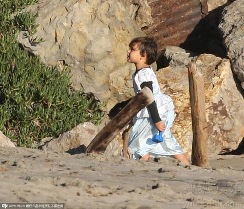 Nhóc Flynn bất ngờ diện váy công chúa đáng yêu-6