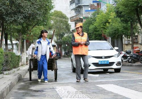 Xúc động ảnh nữ sinh TQ giúp mẹ đi quét rác ngày nghỉ-1