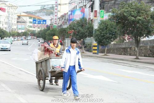 Xúc động ảnh nữ sinh TQ giúp mẹ đi quét rác ngày nghỉ-2
