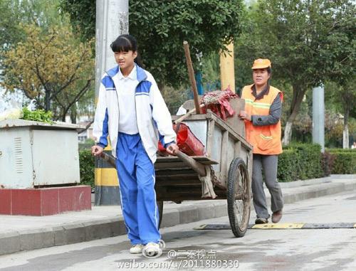 Xúc động ảnh nữ sinh TQ giúp mẹ đi quét rác ngày nghỉ-3