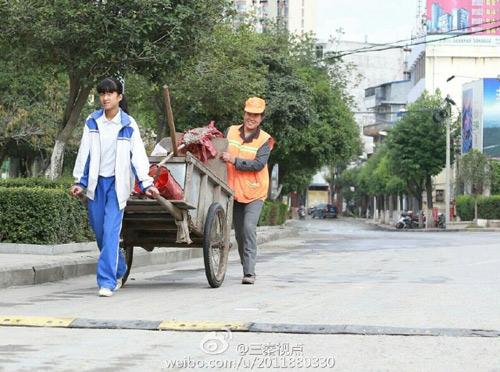 Xúc động ảnh nữ sinh TQ giúp mẹ đi quét rác ngày nghỉ-4