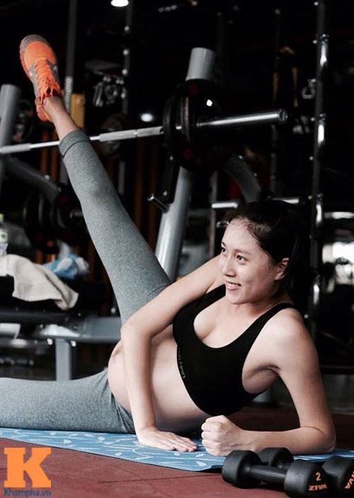 Bà bầu Hà Nội 39 tuần vẫn săn gọn và đẩy tạ phăm phăm-8