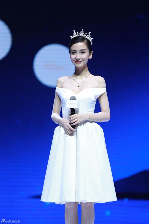 Huỳnh Hiểu Minh đặt vương miện tặng Angela Baby - 3