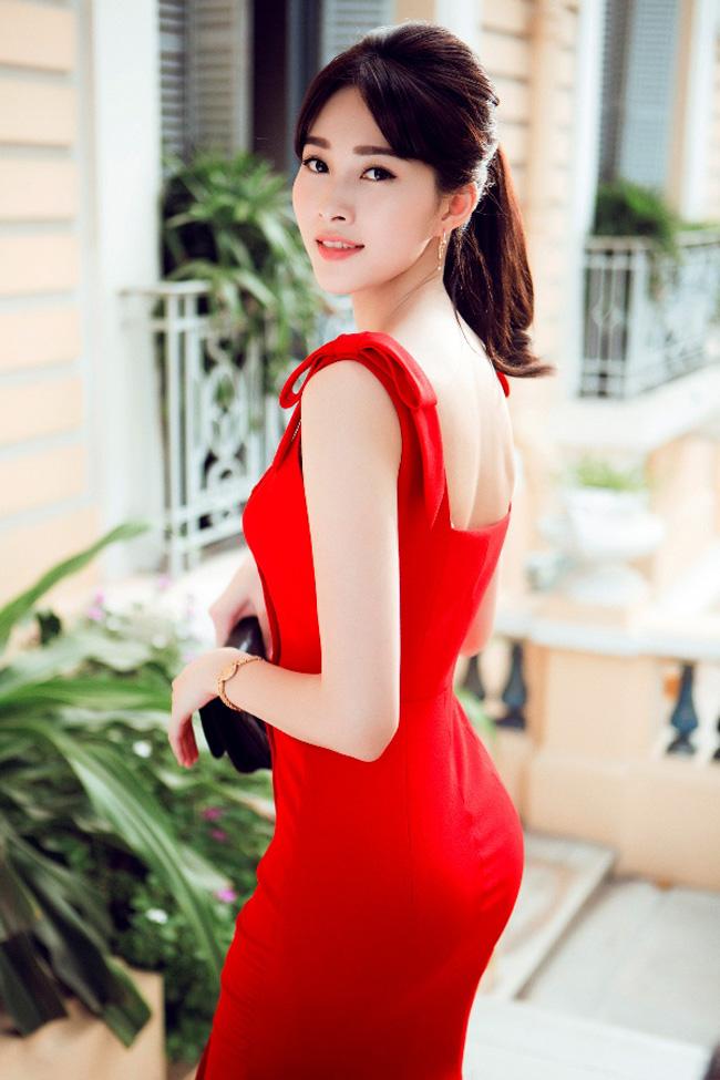 Hoa hậu Thu Thảo luôn được yêu mến bởi phong cách thời trang thanh lịch, nền nã. Tuy vậy, đôi khi các lựa chọn rực rỡ nồng nàn giúp nàng hoa hậu nổi bật bất ngờ.