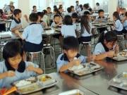 Giáo dục - Con ăn ở trường, bố mẹ lo ngay ngáy