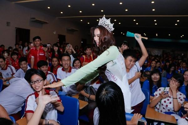 "pham huong: ""ai dang quang hoa hau ma khong song chung thi phi?"" - 2"