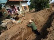 Nhà đẹp - TQ: Đào hào sâu 1.5m quanh nhà vì dân không chịu giải tỏa