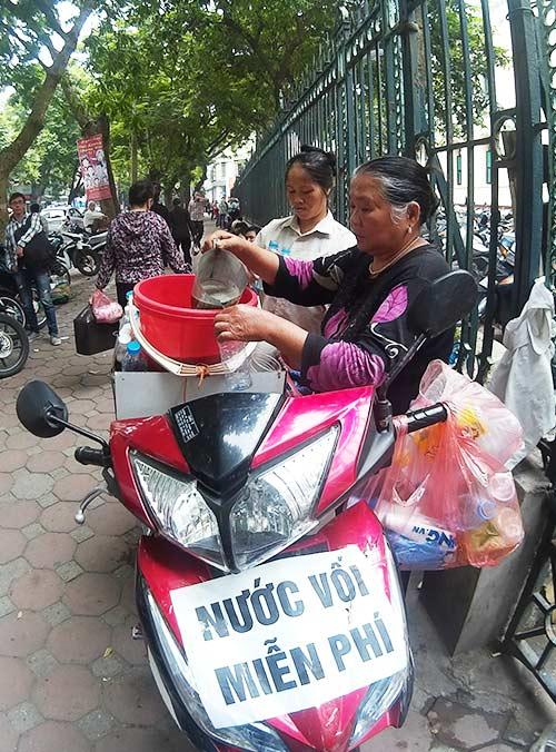 nguoi phu nu tang nuoc voi mien phi cho benh nhan - 14