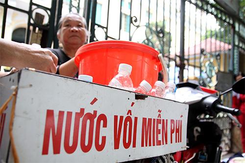 nguoi phu nu tang nuoc voi mien phi cho benh nhan - 19