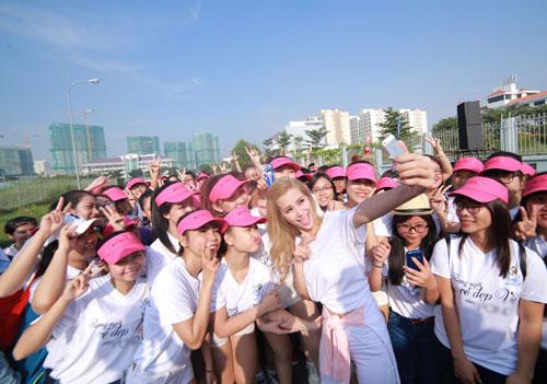 """dong nhi cuoi tit mat """"selfie"""" cung fan - 9"""