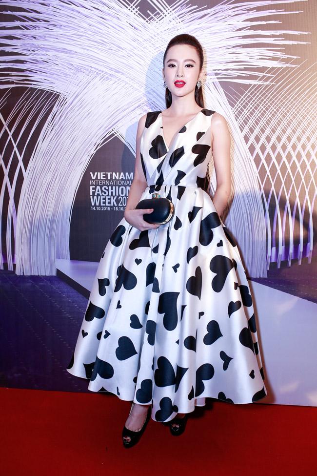 Ngày mở màn Tuần thời trang quốc tế Việt Nam 2015, Angela Phương Trinh vô cùng nổi bật khi diện thiết kế bồng bềnh họa tiết trái tim của NTK Đỗ Mạnh Cường.