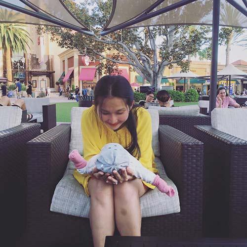 Kim Hiền đưa con gái nhỏ đi chơi cuối tuần-1