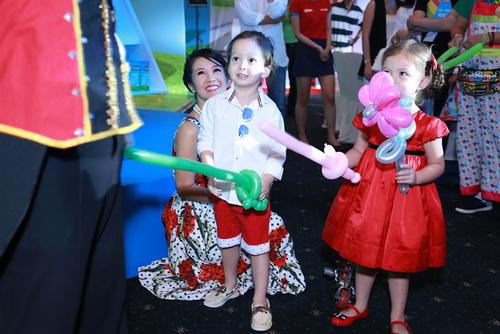Vợ chồng Hồng Nhung khoe 2 con song sinh
