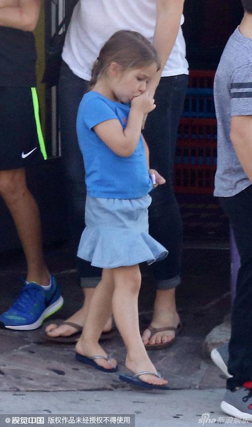 Nhóc Harper vô tư mút ngón tay trên phố-1