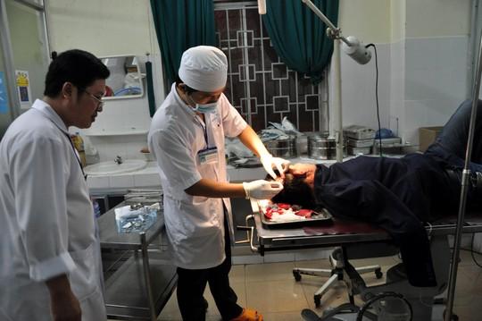 Quảng Ngãi: Côn đồ xông vào bệnh viện chém người-1