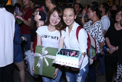 Giang Hồng Ngọc được fan tổ chức sinh nhật tại sân bay-1