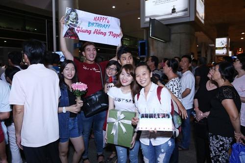 Giang Hồng Ngọc được fan tổ chức sinh nhật tại sân bay-2