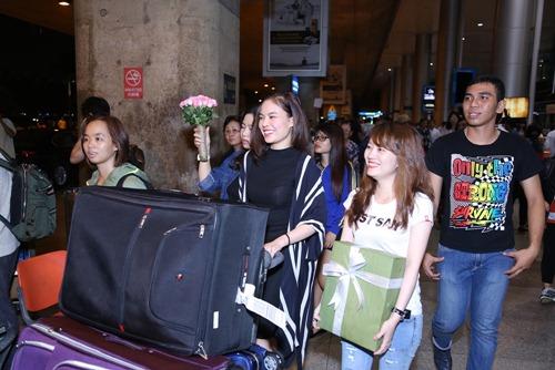 Giang Hồng Ngọc được fan tổ chức sinh nhật tại sân bay-3