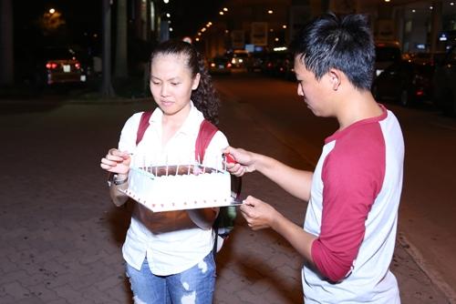 Giang Hồng Ngọc được fan tổ chức sinh nhật tại sân bay-4