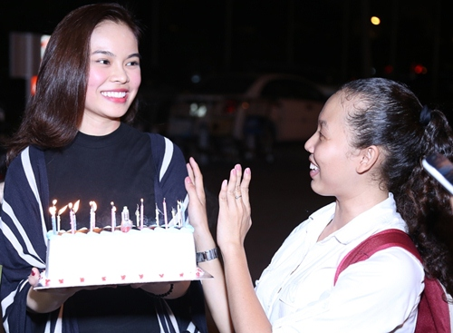 Giang Hồng Ngọc được fan tổ chức sinh nhật tại sân bay-5