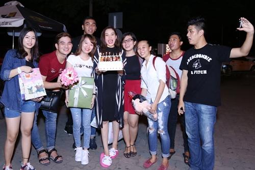 Giang Hồng Ngọc được fan tổ chức sinh nhật tại sân bay-6