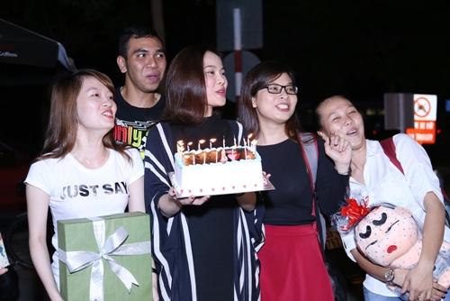 Giang Hồng Ngọc được fan tổ chức sinh nhật tại sân bay-7