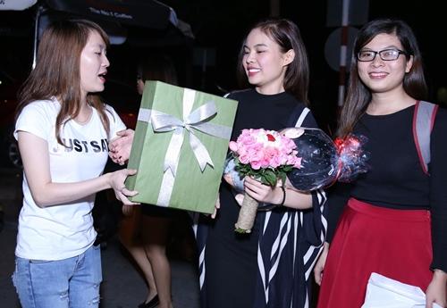 Giang Hồng Ngọc được fan tổ chức sinh nhật tại sân bay-8