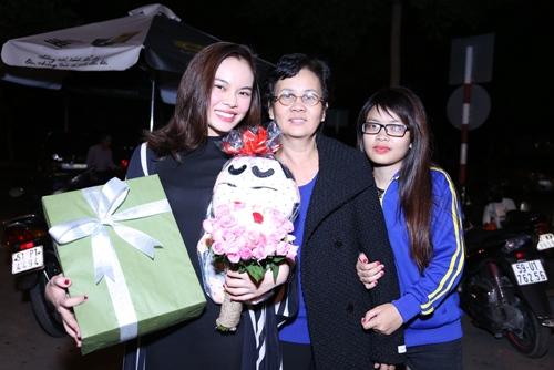 Giang Hồng Ngọc được fan tổ chức sinh nhật tại sân bay-9