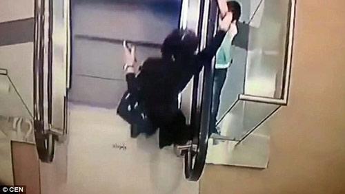 Nga: Sốc với video bé 5 tuổi trượt tay rơi khỏi thang cuốn-1